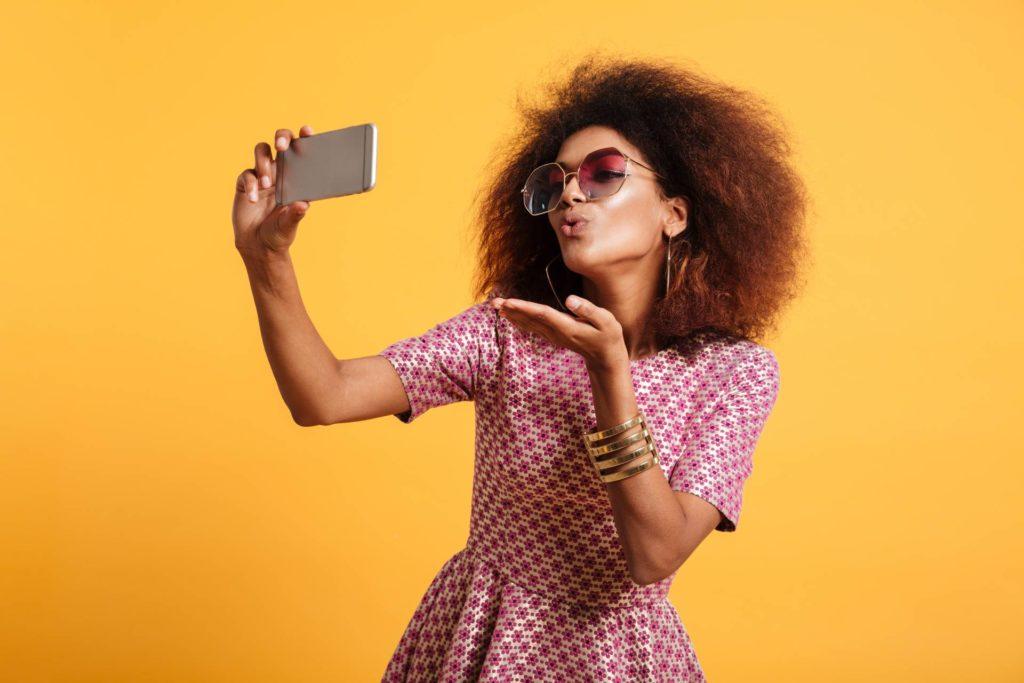 Jeune femme qui se prend en photo pour un site d'images libres de droits